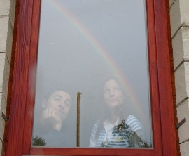 Fiatalok az ablak mögött szivárvánnyal