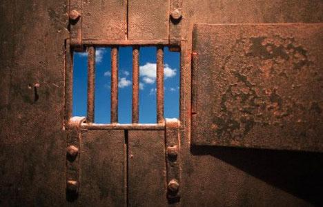 börtön ablak, kék ég