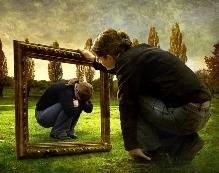 Fiatal lány nézi saját szorongó mását egy képkeretben